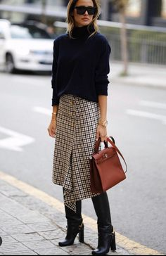 A Stylish Work-Ready Way to Wear a Plaid Midi Skirt Le Fashion: Eine stilvolle A Mode Outfits, Skirt Outfits, Fall Outfits, Fashion Outfits, Womens Fashion, Fashion Trends, Fashion Ideas, Fashion Clothes, Fashion Tips