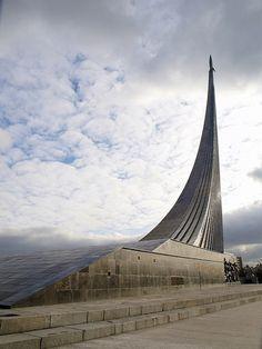 Москва (Moscow) - Monument to the Conquerors of Space (Монумент «Покорителям космоса»):
