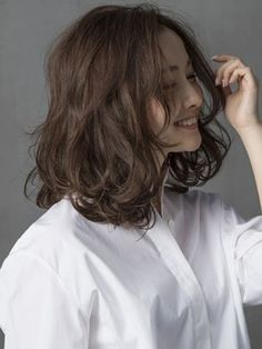 Medium Hairstyles To Make You Look Younger-Stylendesigns - Hair Beauty World Medium Hair Styles, Curly Hair Styles, Short Styles, Hair Medium, Medium Curly, Digital Perm, Middle Hair, Shot Hair Styles, Hair Arrange