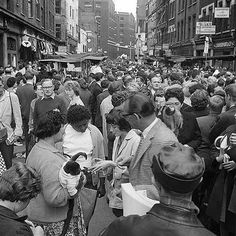 Petticoat Lane Is that woman holding a monkey! London History, British History, Vintage London, Old London, Pictures Of England, London Market, East End London, Swinging London, Bethnal Green