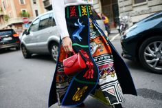 Laura Comolli indossa Stella Jean total look, stivaletto Coliac e borsa Lulu…
