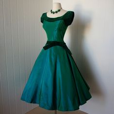Oh my goodness!! This teal 1950's dress, made cfrom taffeta and velvet, is absolutely glorious! #1950s #dress #fashion