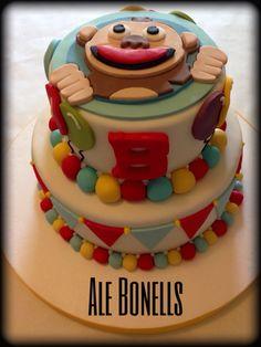 Torta Mono Bubba en dos pisos. Banderines y globos para un Feliz Cumpleaños!!!!