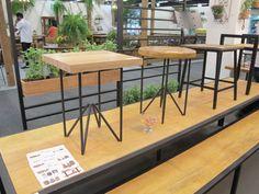 Com base de ferro, as banquetas Piteira (quadrada) e Primula (redonda) têm assento de madeira mescla e eucalipto de reflorestamento, respectivamente. As peças da Janeta Móveis medem 37 x 37 x 46 cm e custam R$ 328 cada.