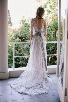 robe de mariée dos nu, en dentelle fine décorée de feuilles 3D et ruban grise en satin comme accent