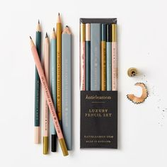 Utility style pencils, in a variety of grades in a pretty set form Katie Leamon. The assortment includes a carpenter flat HB pencil as well as one of each grade DIY Schreibwaren Luxury Pencil Set