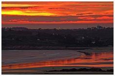 Sunset on the beach - Coucher de soleil sur la plage de Kersiguenou, avec vue sur le village de Kerloc'h et Camaret-sur-mer en haut à droite - Crozon, Bretagne