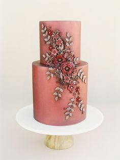 vintage looking rust and cranberry colored wedding cake with floral appliqué | Photography: This Modern Romance #creativeweddingphotographyinspiration #colorfulweddingcakes