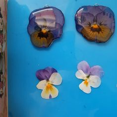 Handmade jewelry with real pressed flowers. Diy Resin Art, Diy Resin Crafts, Diy Crafts Hacks, Resin Jewelry Tutorial, Resin Tutorial, Vintage Jewelry Crafts, Pressed Flower Art, Resin Flowers, Nature Crafts