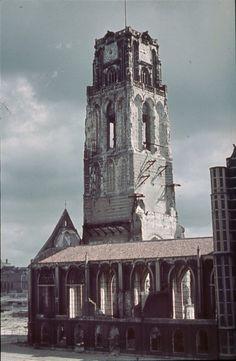 Op deze pin. De Laurenskerk na bombardement in Rotterdam, aangezien de vader van Eldert/Bonuventura door de nazi's is afgevoerd. Hierdoor had hij een moeilijke jeugd.