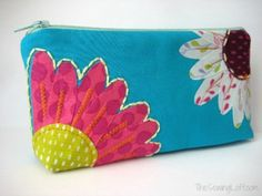 Free Flower Zipper Pouch Pattern and tutorial. The Sewing Loft #freepattern