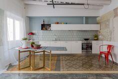 Dans cet appartement du quartier gothique de Barcelone, le studio Nook a pris le pari de faire une rénovation « économique » en mixant des éléments « flambant neuf » et des éléments dans « leur jus ».