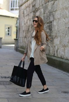 Slip On Schuhe Outfit Ideen Street style: fashion Minimal Chic, Minimal Classic, Classic Chic, Black Slip On Casual Chic Outfits, Work Outfits, Trend Fashion, Fashion Mode, Fashion Ideas, Style Fashion, Fashion Black, Fashion 2018, Woman Fashion