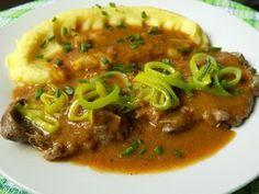 Nakrájíme cibuli a špek na drobno, pórek na půlkolečka. Rozpustíme kousek sádla a opečeme špek. Přidáme cibuli a osmažíme dozlatova.Maso osolíme,... Czech Recipes, Ethnic Recipes, Chana Masala, Curry, Pork, Food And Drink, Menu, Cooking Recipes, Yummy Food
