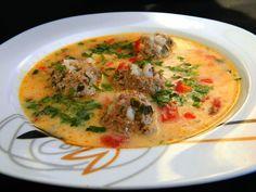 A kedvenc levesünk, mert sok benne a zöldség és a húsgombóc, így nagyon laktató és ízletes! Hozzávalók: 30 dkg darált sertéshús 5 dkg rizs 1 tojás 3 sárgarépa 1 fehérrépa 1 kisebb zellergumó 2 burgonya 1 vöröshagyma 1 tyúkleveskocka... Soup Recipes, Cooking Recipes, Hungarian Recipes, Hungarian Food, Goulash, Cheeseburger Chowder, Thai Red Curry, Stew, Pork