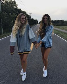 Yezz take a picture like that with your bff is a dream come true Best Friend Pictures, Bff Pictures, Friend Photos, Friendship Pictures, Photos Bff, Cute Photos, Bff Pics, Best Friend Fotos, Photo Polaroid