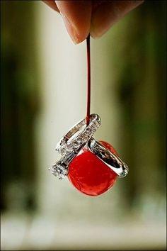つやつやのチェリーにリングを乗せて写真撮影♪ 赤がテーマの大人なウェディング・ブライダルのアイデア。