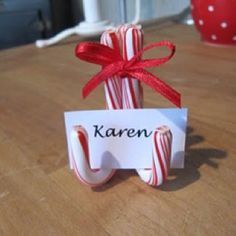 Simple candy cane place card holders for your Christmas table or to use on a buffet to name each food. Candy Cane Christmas, Noel Christmas, All Things Christmas, Winter Christmas, Christmas Ornaments, Christmas Wedding, Christmas Ideas, Christmas Place Cards, Christmas Name Tags