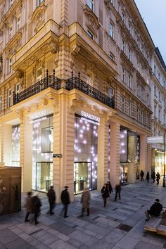 Visitors to Swarovski Kristallwelten Store Wien will not only experience a magical spectrum of crystalline products but also amazing installations from world renowned artists. From the stunning facade and over the dazzling cubes, works of art are present on all floors of the interior. Cubes, Spectrum, Facade, Floors, Swarovski, Louvre, Artists, Mansions, House Styles