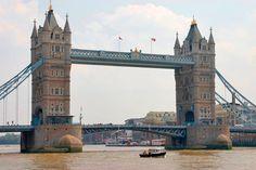 """גשר לונדון גשר זה, שנבנה בשנת 46 לספירה, הינו הגשר הראשן שנבנה בלונדון והוא מקשר בין הסיטי של לונדון לסאתק. המבנה מרהיב ביופיו וכולל שני מגדלים כשעל כל אחד מהם 5 צריחים מעוטרים. סביב הגשר ישנן אטרקציות רבות כשהעיקרית שבהן היא הביקור במרתפי לונדון (London Dungeons). גשר זה התפרסם גם בזכות שיר הילדים הידוע """"גשר לונדון מתמוטט"""". כתובת: Poplar, E1W 1, London"""
