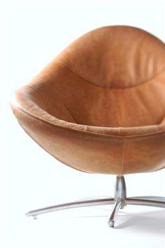 Taaie en dikke huiden, met vakmanschap verwerkt in deze prachtige stoel. Het onderstel is in actuele kleuren te krijgen. www.houtmerk.nl