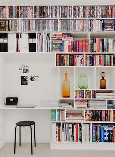 Platsbyggd bokhylla med arbetsplats