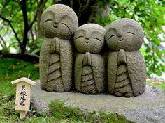 Aquí hay estatuas de pequeños budas, montañas de juguetes y golosinas, lágrimas ahogadas en cariño.