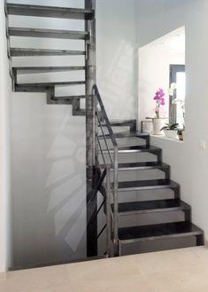 DT111 - ESCA'DROIT® 2 Quartiers Tournants. Escalier métallique d'intérieur au design contemporain. Marches Nanoacoustic® avec revêtement en tôle lisse pour un escalier en acier silencieux. Rampe contemporaine côté intérieur avec main courante en fer plat graphique, 3 sous-lisses parallèles légères. Limons en tôle découpée formant crémaillères en 'L'. Finition : acier brut patiné pour une finition naturelle et intemporelle. - © Photo : Escaliers Décors®