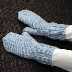 Enkle barnevotter (oppskrift) | MAJAS HOBBYKROK Knitting For Kids, Knitting Projects, Baby Knitting, Baby Barn, Baby Mittens, Mittens Pattern, Knitted Gloves, Handmade Crafts, Arm Warmers