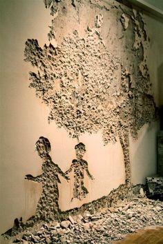 """El artista urbano portugués Alexandre Farto, alias Vhils, tiene una prolífica obra que va del collage al retrato. En los últimos tiempos la creación de sus obras es a partir de materiales in situ. Con su sorprendente y popular """"arañando la superficie"""" trata de centrarse en """"el acto de destrucción para crear""""."""