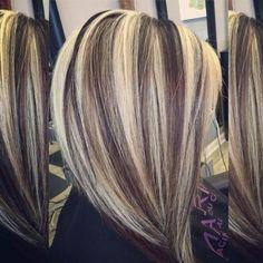 Blonde Strähnchen, kombiniert mit schwarzer Haarfarbe
