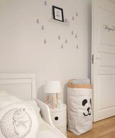 Habitación infantil original en tonos grises con estantería montaña con vinilo de abetos a juego - Minimoi (@heiniannamaria)