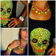Collar y pulseras, Anillo: Aleraz Moda y Accesorios. Camiseta: Martin Pepino Reloj, pulsera fucsia, esmalte: La tienda de regalos