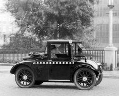 Montados en un Hanomag Kommisbrot a las puertas de la sede de la fábrica. 1935.
