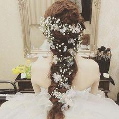 ◌ ͙❁˚ 白いリボンとかすみ草が可憐さを引き立たせてくれるラプンツェルヘア * 純白のウェディングドレスに合わせたい* * photo by @labbitsmisaki * #リボン #かすみ草 #ラプンツェルヘア #ヘアアレンジ #ウェディングヘア #結婚式準備 #プレ花嫁 #marryxoxo