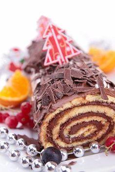 Comment faire soi-même une délicieuse bûche de Noël ? La bûche de Noël est un dessert traditionnel des fêtes de fin d'année. Un gâteau incontournable qui est aussi préparé à l'occasion du solstice d'hiver. Découvrez la recette de la bûche de Noël au chocolat, pour célébrer votre réveillon tout en gourmandise !