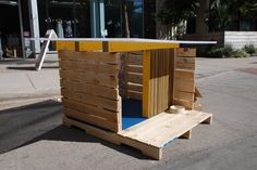 Wood / pallet, dog house.