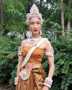 Thai Traditional Dress, Traditional Outfits, Thai Fashion, Fashion Art, Thai Dress, Thai Style, Flower Designs, Beauty Women, Asian Beauty