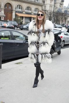 Furry Anna dello Russo - The Color Stalker Nyfw Street Style, Autumn Street Style, A As Architecture, Feather Coat, Fur Coat Fashion, Chic Fashionista, Anna Dello Russo, Sheepskin Coat, Vogue Japan