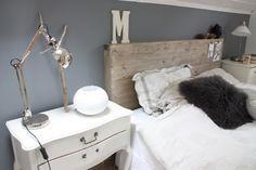 Noen som kan snekkere en slik til meg ? Dresser As Nightstand, Floating Nightstand, Home Bedroom, Bedroom Ideas, Bedroom Inspiration, Headboards For Beds, Grey Walls, My New Room, Wall Colors