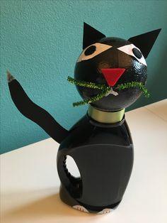 Surprise-kat van een wasmiddelfles en een bol piepschuim. String Art, Ladybug, Riding Helmets, School, Decor, Decoration, Decorating, Ladybugs, Deco