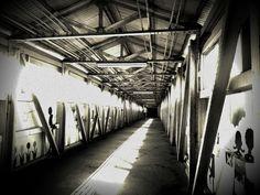 炭鉱で栄えた九州の町の駅 長~い渡り廊下