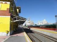 Estación de tren de Mataporquera. Al fondo, Cementera Alfa.
