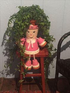 Mai aveti ghivecele de anul trecut? Iata ce decoratiuni puteti face din ele Clay Pot Projects, Clay Pot Crafts, Diy And Crafts, Flower Pot People, Clay Pot People, Cheap Christmas Crafts, Painted Plant Pots, Clay Flower Pots, Garden Whimsy