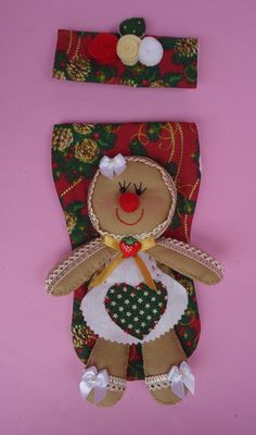 """Pegador De Geladeira """"Biscoito Ginger"""" Christmas Clay, Merry Christmas, Christmas Stockings, Teddy Bear, Holiday Decor, Crafts, Home Decor, Handmade Christmas Crafts, Box Houses"""