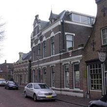 Het vroegere gemeentehuis aan de Dorpsstraat. (foto: Arco van der Lee, 2006)