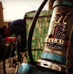 old school retro fixie-raleigh Retro Bicycle, Old Bicycle, Vintage Bicycles, Logos Vintage, Vintage Grunge, Bike Messenger, Fixed Gear Bike, Badge Design, Bike Accessories