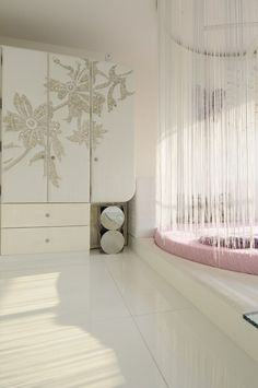 Круглая кровать в спальне: необычно и очень практично (фото) http://happymodern.ru/kruglaya-krovat-38-foto-neobychno-ili-praktichno/ Круглая кровать на подиуме, украшенная балдахином из нитей Смотри больше http://happymodern.ru/kruglaya-krovat-38-foto-neobychno-ili-praktichno/