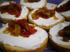 Receta de cocina: canapé de queso con pimientos caramelizados