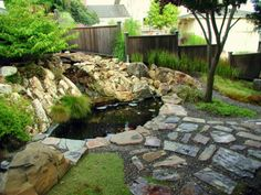 estanque y suelo de piedras en el jardín al estilo zen